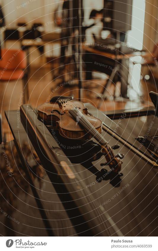 Nahaufnahme Geige auf dem Tisch Geiger Musik Schnur Streichinstrumente Holz Musiker musizieren Klassik Orchester Farbfoto Detailaufnahme Konzert Musikinstrument