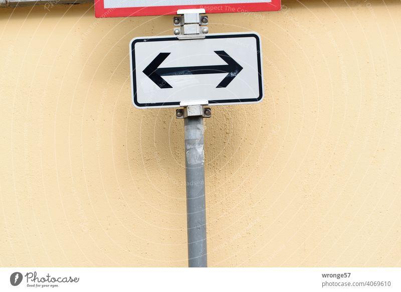 Zwischenräume | im Verkehrsraum - VZ Nr. 1000-30 Thementag Verkehrsschild Verkehrszeichen Zusatzzeichen beide Richtungen VZ-Nummer 1000-30 Hauswand Nahaufnahme