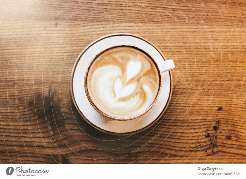 Eine Tasse Cappuccino auf dem Holztisch. Kaffee Kunst Latte Café Hintergrund Herz Paar Becher melken hölzern weiß Getränk braun trinken Espresso schäumen heiß