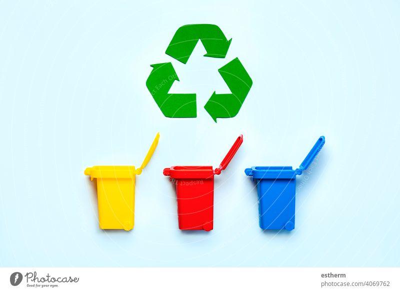 Gelbe, rote und blaue Recycling-Behälter mit Recyclingsymbol. Recycling-Konzept Wertstoffsammelbehälter Flasche Symbol Umwelt sparen Ordnung grün Materialien