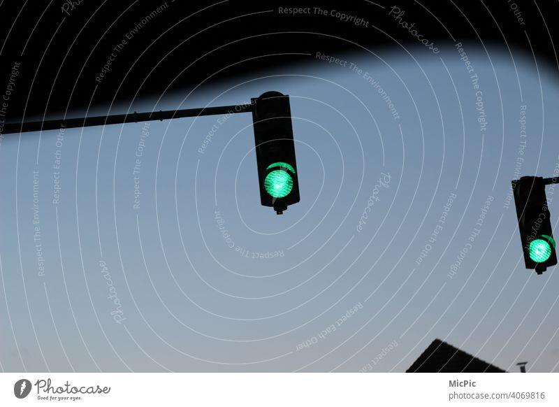 Grünes Licht - zwei grüne Ampeln Verkehr anfahren Verkehrszeichen Außenaufnahme Farbfoto Straßenverkehr Verkehrswege Stadt Autofahren Dämmerung Verkehrsmittel