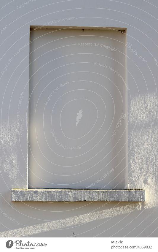 Zugemauert - zugemauerte Festeröffnung weiß gestrichen fensteröffnung fenster zum hof Fenster Wand Fassade Haus altbau Irrsinn weiß weiße wand kein Ausblick