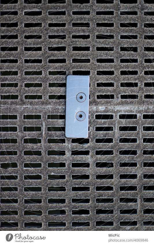 """""""Zusammenhalt"""" Verbindung zweier Bodenplatten Belag verbinden Verbindungstechnik Verbindungselement fußboden Außenaufnahme Metall Menschenleer Detailaufnahme"""