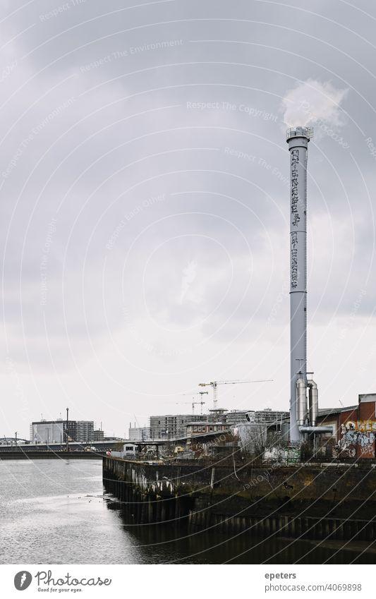 Blick auf einen Industrieschornstein von der Oberhafenbrücke in Hamburg, Deutschland Brücke wolkig Kopie Textfreiraum Elbe grau Hafen industriell sehr wenige