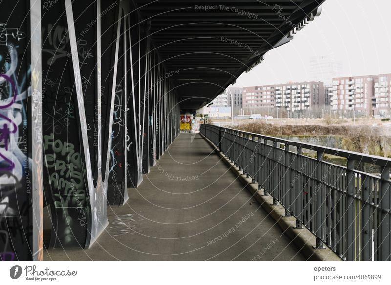 Oberhafenbrücke in Hamburg Deutschland Architektur Brücke dunkel geometrisch Geometrie grau oberhafenbrücke Straße Stollen urban Weg Graffiti Unterführung
