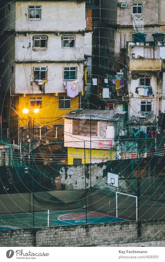 Basketballplatz in einer Favela in Rio de Janeiro Freizeit & Hobby Spielen Fußball Fußballplatz Elendsviertel Brasilien bevölkert überbevölkert