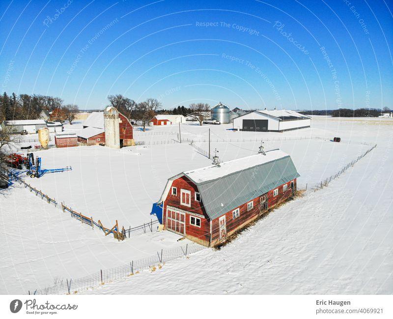 Urige ländliche Farm in Minnesota im Winter Bauernhof Gehöft Scheune Scheunen Viehbestand Silo Minnesota Landschaft Agrarlandschaft Mittlerer Westen historisch