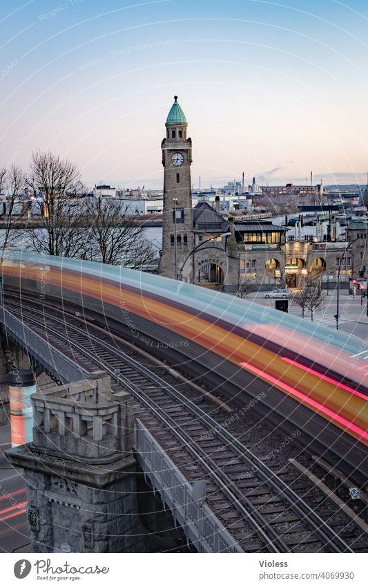 Landungsbrücken - U-Bahn im Anflug Hamburg Hafen Langzeitbelichtung Schienen St.Pauli Anlegestelle Elbe Pegelturm Blanke Hans Denkmal