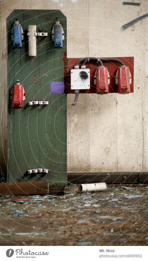 Ladebox Marke Eigenbau Steckdose Steckdosen Starkstrom Elektrizität Technik & Technologie Netzstecker dreckig Holzbrett Anschluss Industrie Verbindung