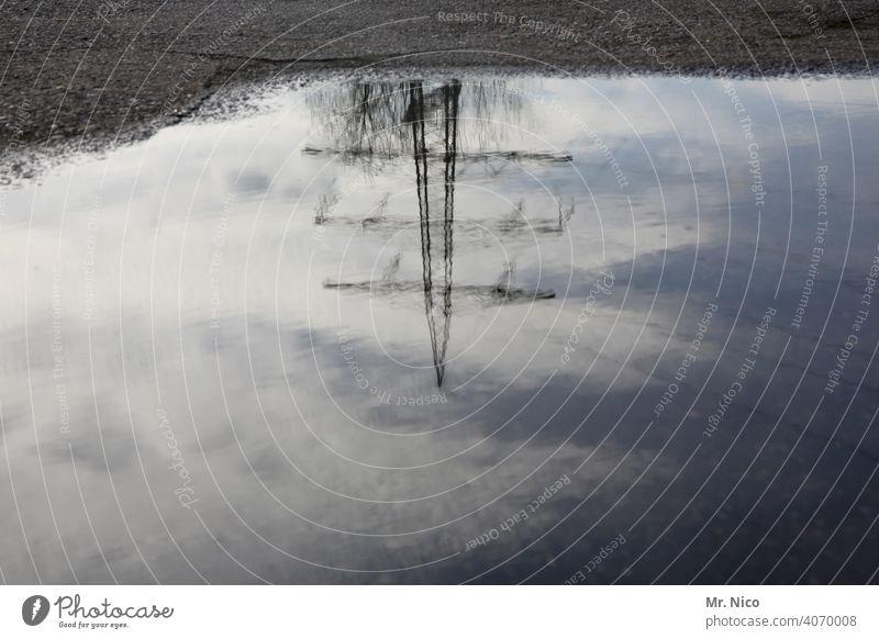 Strommast spiegelt sich in einer Regenpfütze Reflexion & Spiegelung Elektrizität Oberleitung Pfütze Leitung Wasser Hochspannungsleitung überlandleitung