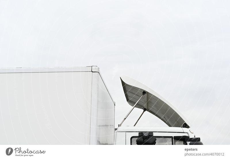 Dach eines weißen LKW gegen einen bedeckten Himmel Automobil groß Unschärfe Ladung Gewerbe Textfreiraum Versand Elektronischer Geschäftsverkehr E-Commerce