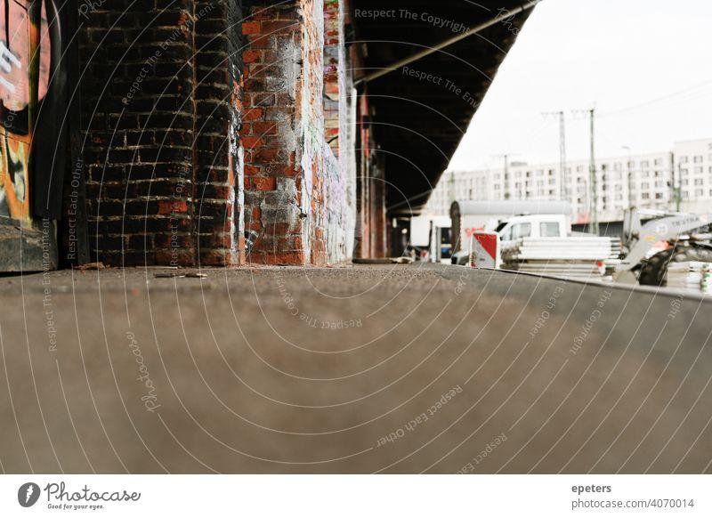 Verlassene Ladezone in einer Hafengegend Backsteinwand Ziegel Gebäude Business Ladung Beton Konstruktion Baustelle Textfreiraum Revier Dock Wirtschaft Fracht