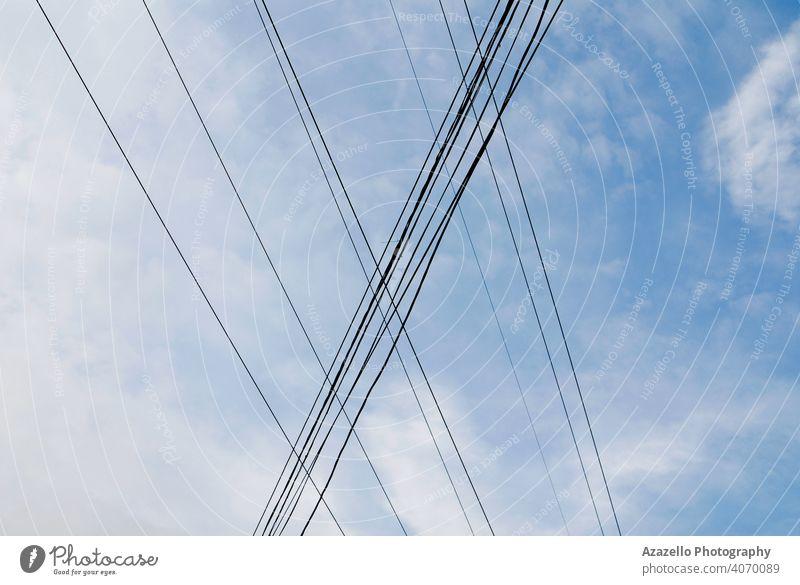 Stromdrähte Blick gegen den Himmel abstrakt Architektur Hintergrund blau Kabel Großstadt Gefahr Design Detailaufnahme Verteilung elektrisch Elektrizität Energie