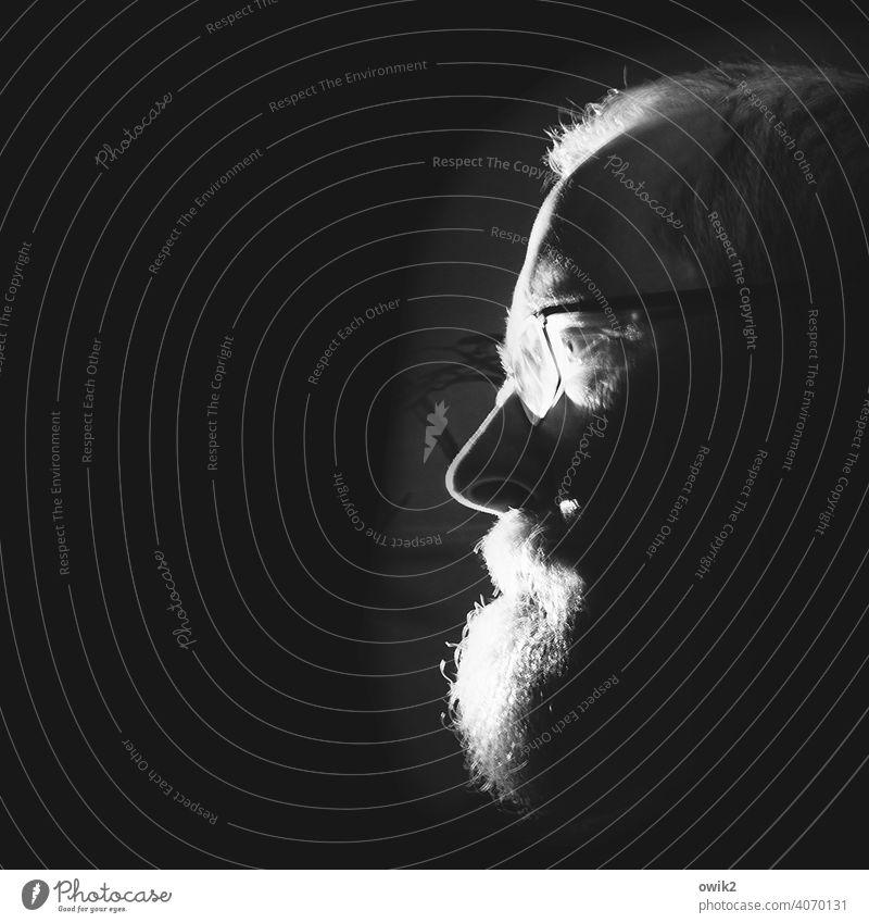 Starren Blickes Porträt Beleuchtet angeleuchtet Experiment Halbprofil Selbstporträt Selbstportrait selfie Männlicher Senior beobachten Geister u. Gespenster