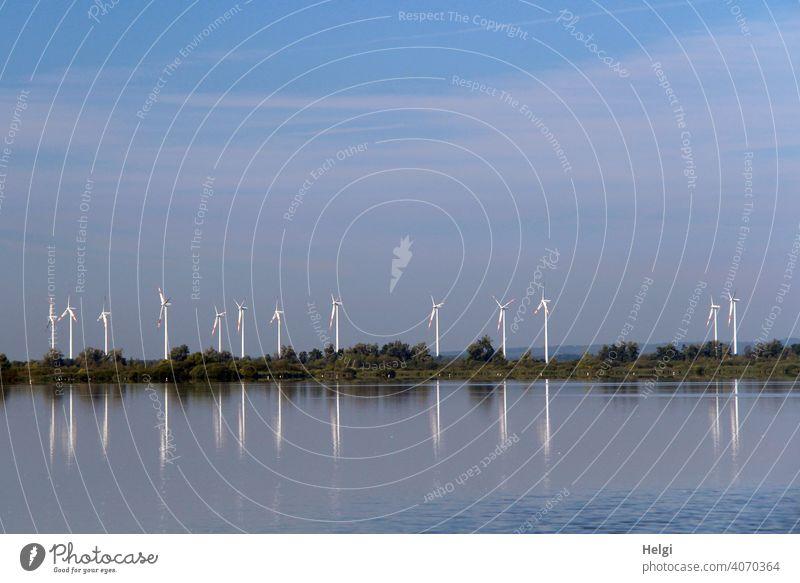 viele Windkraftanlagen mit Spiegelung am Dümmer See Windrad Energie Energiegewinnung Windenergie CO2 Wasser Seeufer Bäume Himmel Energiewirtschaft