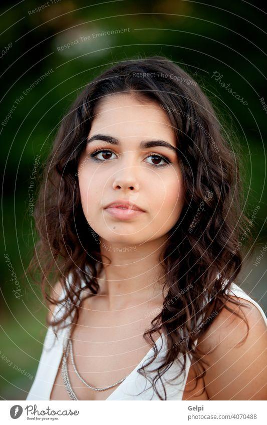 Schönes brünettes Mädchen, das sich im Park entspannt. Porträt außerhalb Teenager hübsch Frau jung Glück Schönheit niedlich Natur grün Person attraktiv Lächeln