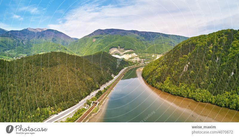 Dorf, Fluss und Straße in Bergtal. Grüne Bergwiesen und Hügel Berge u. Gebirge Tatra Frühling Wiese Panorama Landschaft Regen grün Slowakische Republik Wald
