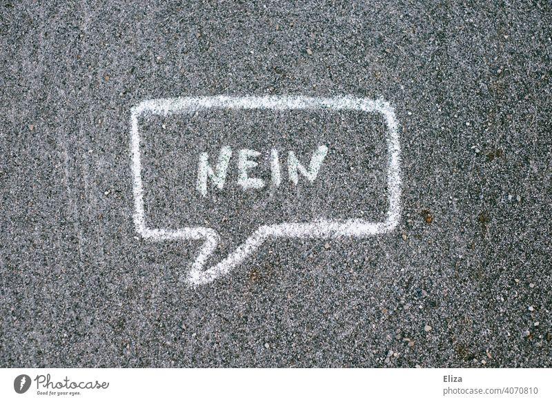 Sprechblase in der Nein geschrieben steht Ablehnung Kommunikation nein sagen Sprechase ablehnen verneinen Schriftzeichen Kreide Boden Straße Protest Unmut Wort