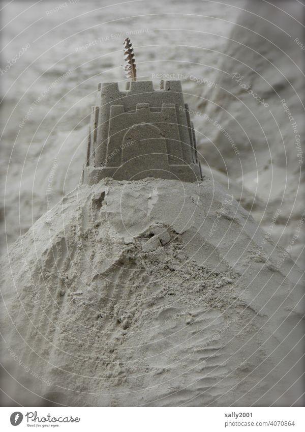 Sandburg Strand Urlaub Festung Feder Federschmuck spielen Ferien & Urlaub & Reisen Freizeit & Hobby Sommerurlaub Kindheit bauen Architektur Sandkunst Turm