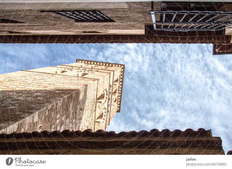 hochbau. Turm Architektur Himmel Wolken blau Außenaufnahme Bauwerk Gebäude Menschenleer Hauswand Farbfoto Tag viereckig