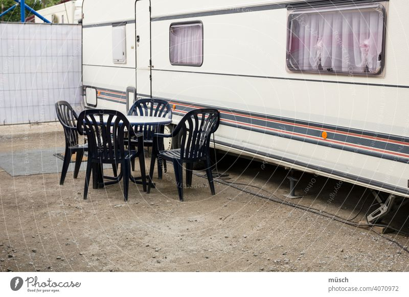 Camping Bus Wohnmobil Reise Familie Stühle Tisch Streifen fremde Länder Urlaub Stellplatz Gardinen Fernweh von Ort zu Ort Unabhängigkeit Freiheit ungebunden