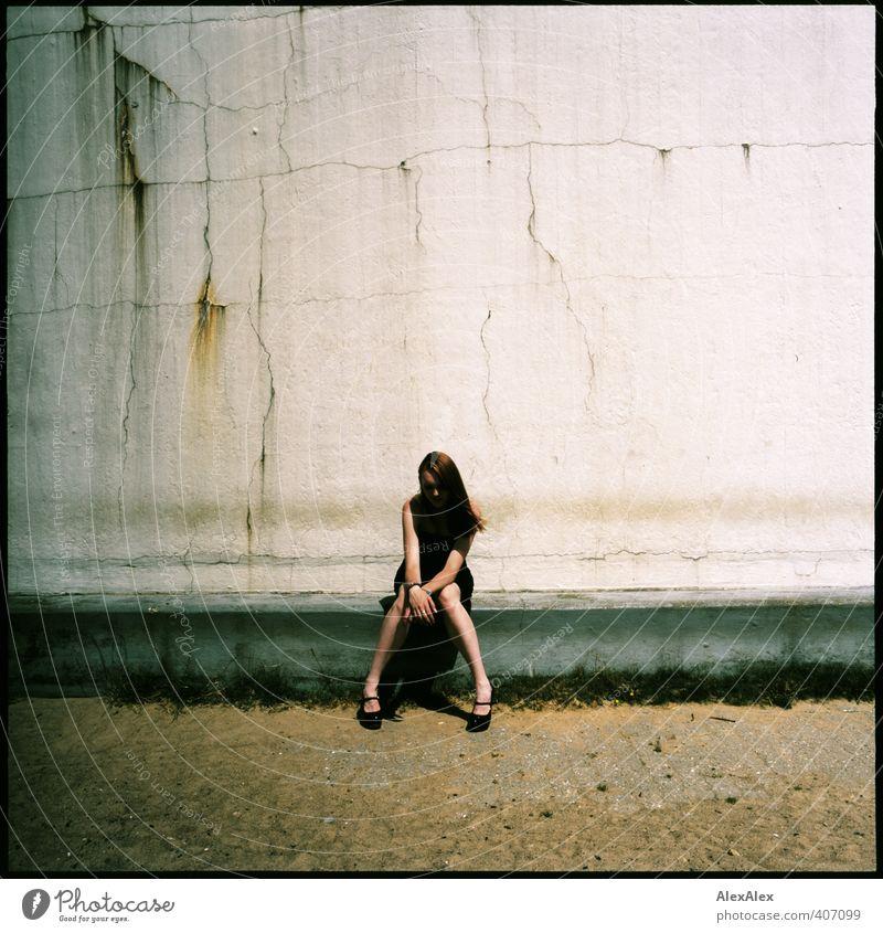 Herzchen Lifestyle elegant Stil schön Junge Frau Jugendliche Körper Beine 18-30 Jahre Erwachsene Mauer Beton Kleid Damenschuhe rothaarig langhaarig Stein Sand