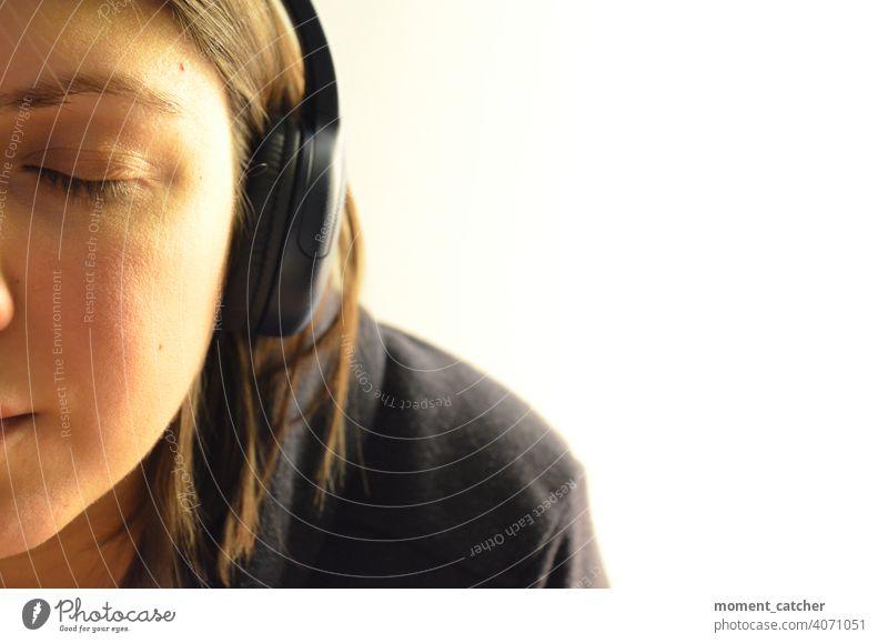 Frau hört mit geschlossenen Augen und Kopfhörern Musik Musik hören Podcast hörbuch geschlossene Augen Konzentration konzentriert konzentrieren Erholung