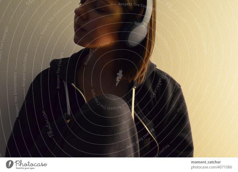 Frau mit geschlossenen Augen mit Kopfhörern Musik hören anhören Podcast Hörbuch genuss genießen Bluetooth Bluetoothkopfhörer geschlossene Augen Konzentration
