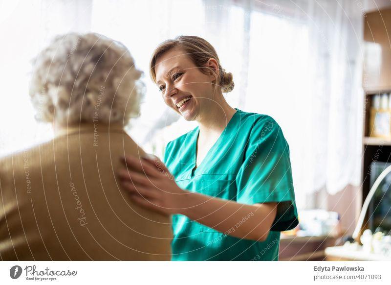 Gesundheitspersonal beim Hausbesuch echte Menschen offen Frau Senior reif Kaukasier älter heimwärts alt Alterung häusliches Leben Großmutter Rentnerin