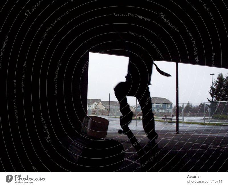 jump! Mann schwarz springen fliegen hoch Müll Skateboarding Krawatte Müllbehälter Fass