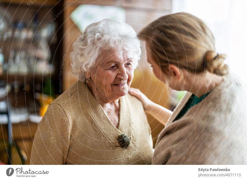 Freundliche Krankenschwester unterstützt eine ältere Dame echte Menschen offen Frau Senior reif Kaukasier heimwärts Haus alt Alterung häusliches Leben