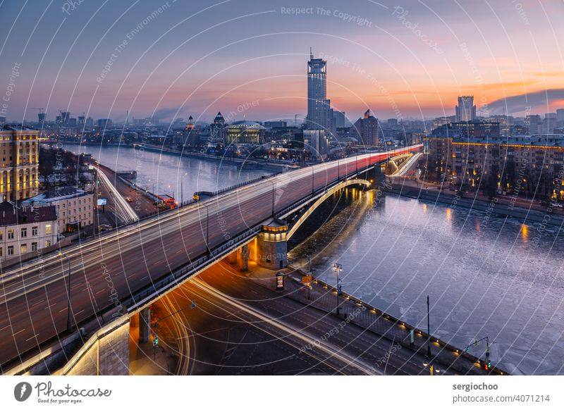 Die Stadtbrücke am Abend zugefrorener Fluss Lichtbahn Russland Moskau Eis Winter Eisfläche Hauptstadt Architektur Brücke leuchten Illumination Dämmerung kalt