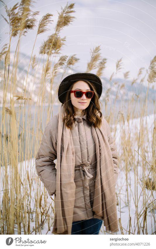 junges Mädchen mit dem Hut lächelt sonnig weiß Frau Frauen Weizen Erwachsener Model natürlich Natur Hafer Roggen reif Behaarung Ernte Dame Landschaft attraktiv