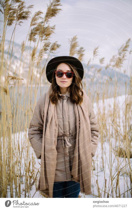 Junges Mädchen mit Hut Freundin Ohr Flussufer Sibirien Sonnenbrille Schal Reflexion & Spiegelung Russisch Yenisey Jugend Stehen nachdenklich kalt allein schön