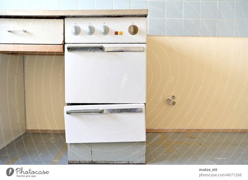 Alter Ofen  - ein bischen schief alt einstellknöpfe retro kochen küche haushalt elektroherd Vergangenheit Innenaufnahme Drehregler Farbfoto Wand Wohnung