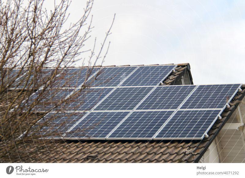 Photovoltaikanlage auf dem Dach eines Hauses Strom Stromversorgung Energiegewinnung Sonnenenergie erneuerbare Energie Energiewirtschaft Technik & Technologie