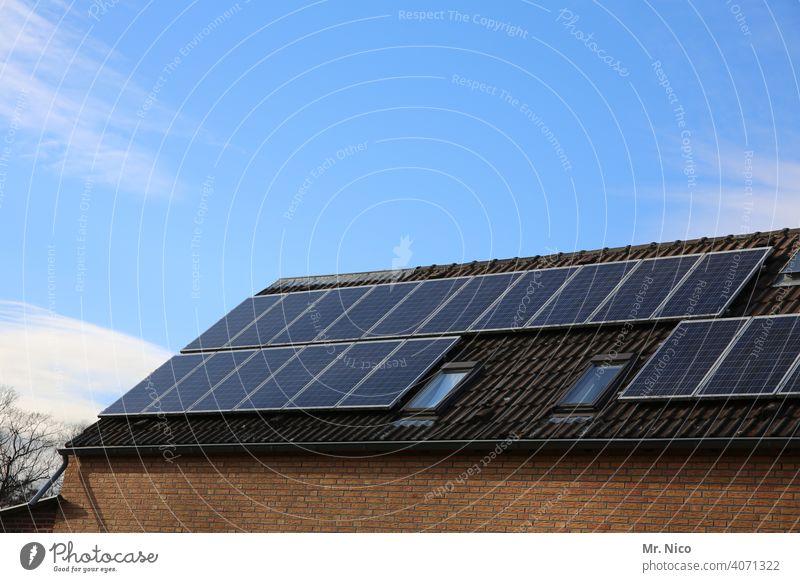 Solarzellen - Photovoltaik auf dem Dach Dachfenster Eigenerzeugung Kraft Solaranlage Erneuerbare Energie Solarenergie effizienz co2 heizen Heizung
