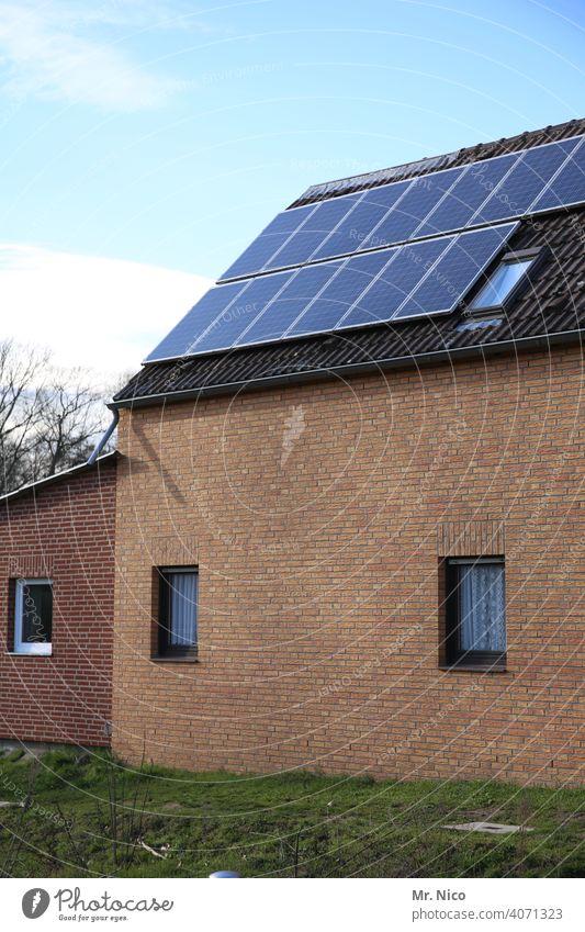 Solarzellen - Photovoltaik auf dem Dach co2 heizen dachpfannen umweltschonend energieverbrauch Heizung unabhängig effizent eigenständig Dachziegel