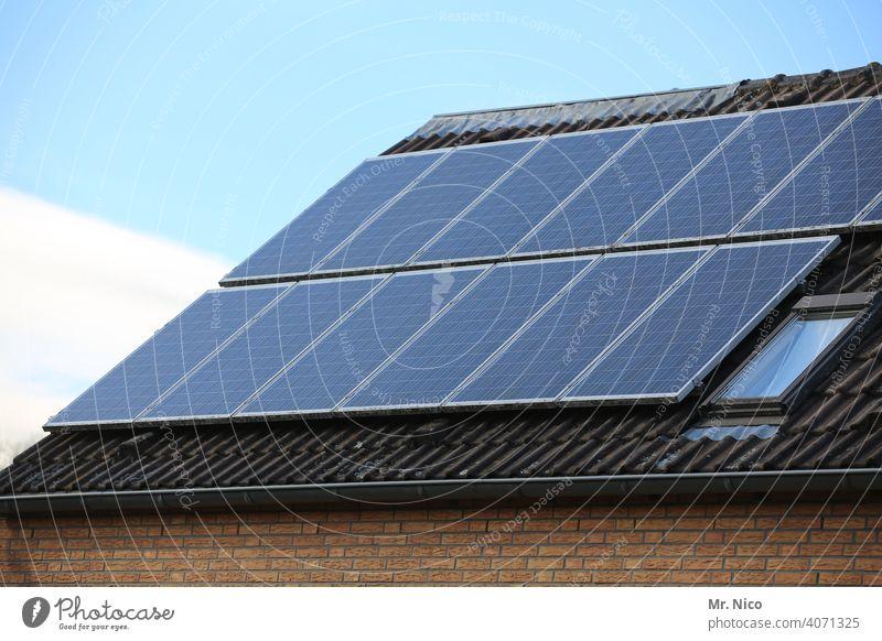Solarzellen - Photovoltaik auf dem Dach Energie Technik & Technologie Himmel Elektrizität Haus Panel regenerativ Sauberkeit nachhaltig Zukunft Energiegewinnung