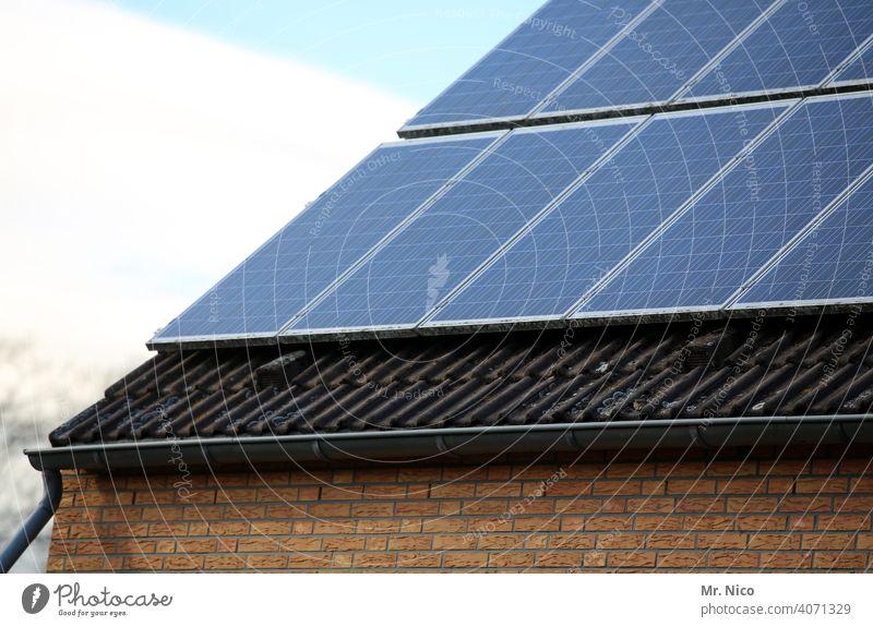 Solarzellen - Photovoltaik auf dem Dach Solarenergie effizienz co2 heizen dachpfannen energieverbrauch Heizung unabhängig umweltschonend Dachziegel eigenständig