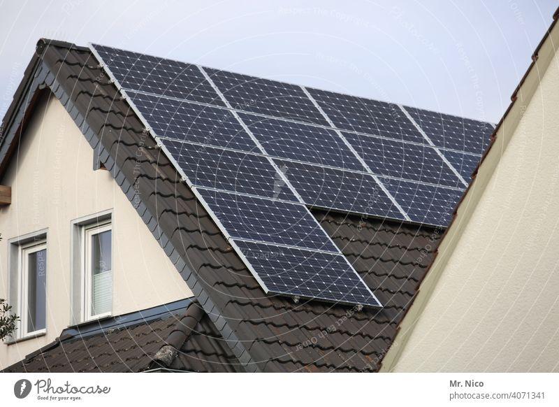 Solarzellen - Photovoltaik auf dem Dach Photovoltaikanlage grau Erneuerbare Energie Solarenergie Kraft solar Elektrizität Himmel Technik & Technologie Haus