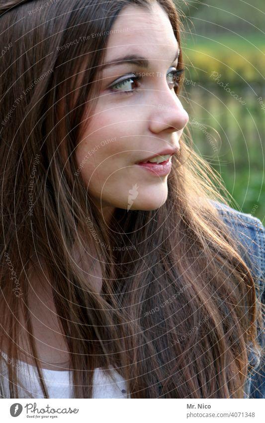 Blick zur Seite Portrait Porträt langhaarig natürlich Haare & Frisuren brünett feminin Gesicht 18-30 Jahre schön Gesichtsausdruck Frauengesicht Gefühle