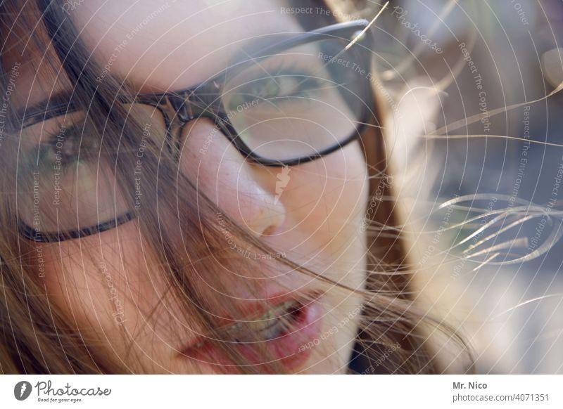 Porträt mit Brille und Zahnspange Auge Gesicht Blick Blick in die Kamera Kopf Haare & Frisuren Strähne Haarsträhne Mund langhaarig Lächeln Haut Lippen