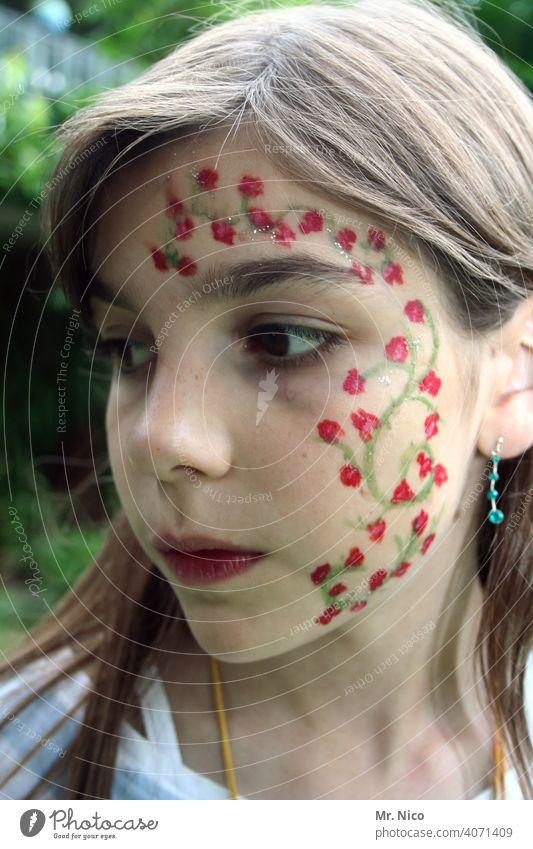 gezeichnet & gemalt   rote Rosen Blick Wegsehen Schminke Gesicht bemalt Kindheit geschminkt Gesichtsbemalung Körpermalerei Blumenmädchen Porträt verträumt
