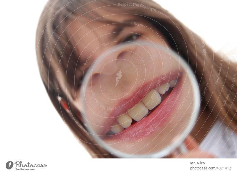 Zeig mir deine Zähne Mund Zahnarzt Zahnpflege Lippen Gesundheitswesen Zahnmedizin Medizin Lupe Vergrößerung Schneidezahn Gesicht Lächeln nah Experiment