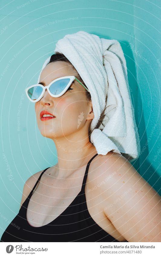 Frau mit Handtuch auf dem Kopf liest die Zeitung Erwachsener attraktiv schön Schönheit Frühstück lässig Nahaufnahme bequem heimisch Mode Mädchen Glück heimwärts