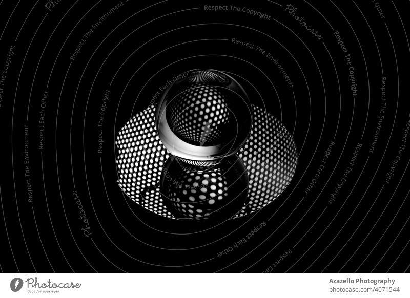 Abstraktes Schwarz-Weiß-Bild eines Lensballs 2020 abstrakte Objekte abstrakte Fotografie Kunst Hintergrund Ball schwarz abstrakt schwarz auf weiß