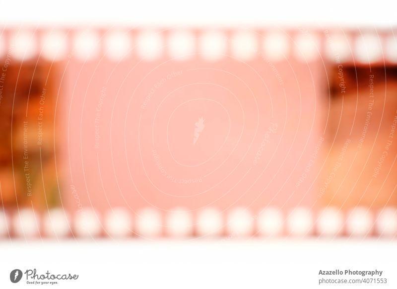 Analoger Farbfilm in Unschärfe mit einem Copy-Paste-Bereich für Text in der Mitte. 35mm 35 Millimeter Film abstrakt analog Blende Hintergrund blanko