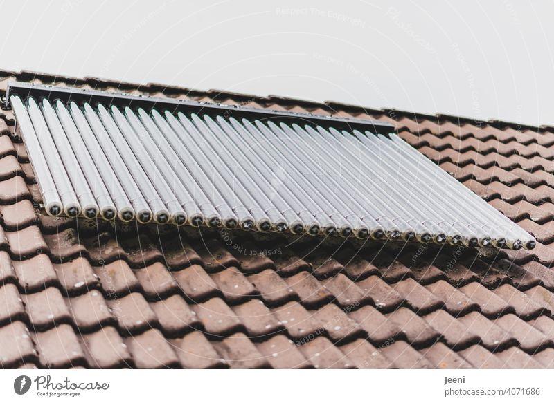 Solarthermieanlage auf dem Dach eines Einfamilienhauses | ökologische, nachhaltige, moderne und umweltfreundliche Warmwassererzeugung Solarzelle solarthermie