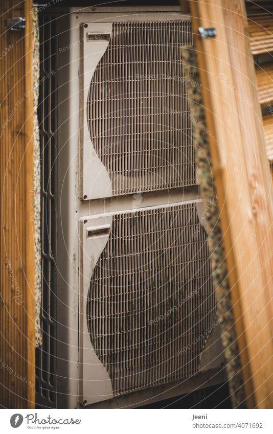 Luftwärmepumpe an einem Einfamilienhaus - verkleidet mit Holz - hier geöffnet | ökologische, nachhaltige, moderne und umweltfreundliche Heizung Wärmepumpe